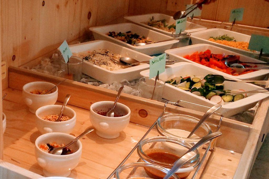 色々な野菜が入っている大皿とサラダのソース